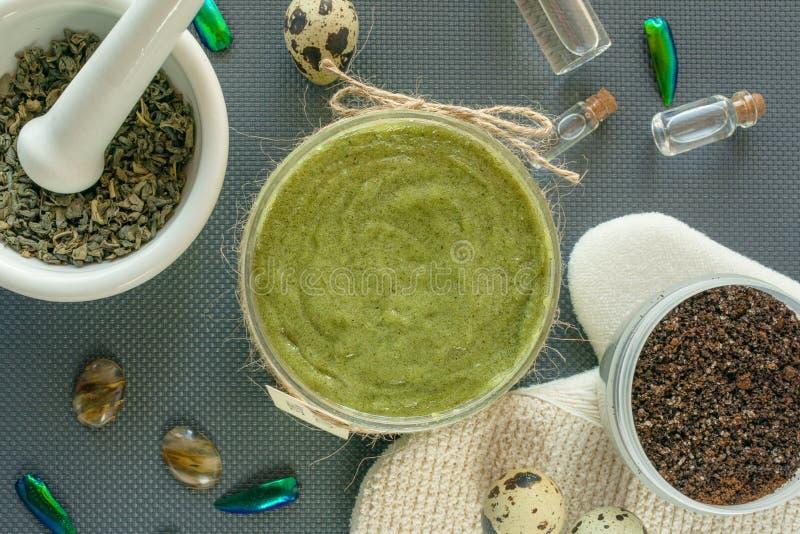 Plana lekmanna- kroppomsorgprodukter med te, saltar, kaffe, naturlig olja och vaktelägg livstidsbrunnsort fortfarande Kroppskalni arkivfoton