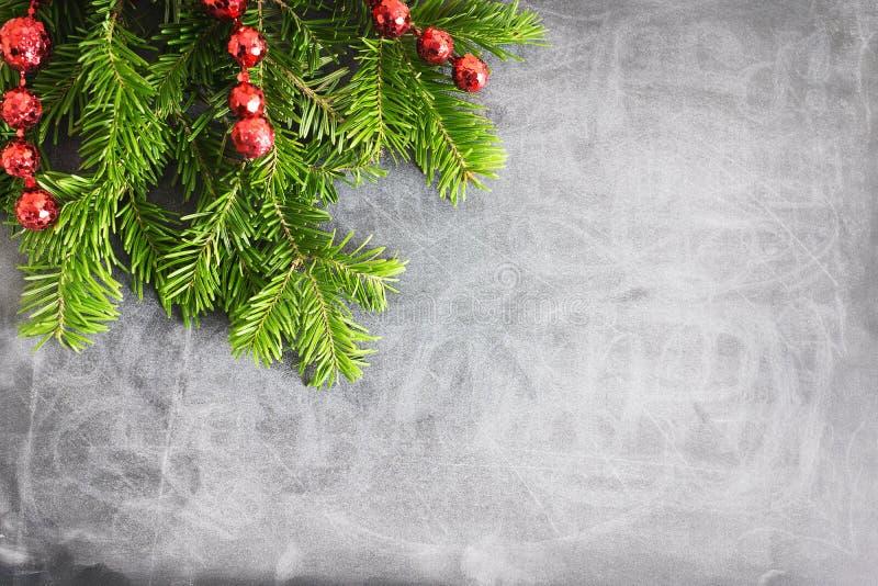 Plana lekmanna- naturliga julgranfilialer för bästa sikt med den röda ramen för leksaker-, pilbåge- och exponeringsglasrenhörn på royaltyfri bild