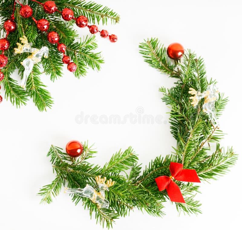 Plana lekmanna- naturliga julgranfilialer f?r b?sta sikt med den r?da ramen f?r leksaker-, pilb?ge- och exponeringsglasrenh?rn p? arkivbild
