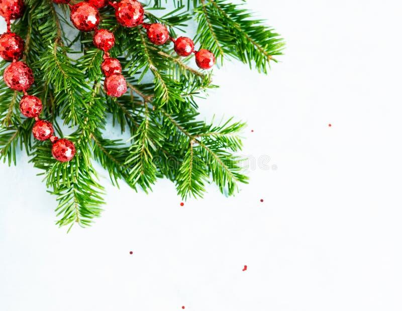Plana lekmanna- naturliga julgranfilialer f?r b?sta sikt med den r?da ramen f?r leksaker-, pilb?ge- och exponeringsglasrenh?rn p? arkivbilder