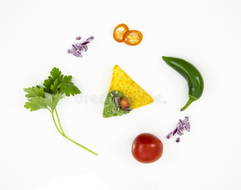 Plana lekmanna- nya mexikanska matingredienser för bästa sikt med tortillanachoschiper, peppar och tomater på vit bakgrund arkivfoton