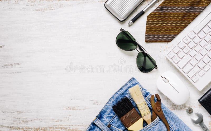 Plana lekmanna- tillbehörhjälpmedel och kläder för arbetare på rostig vit som är trä med kopieringsutrymme Bästa sikt för tomt ut arkivfoton
