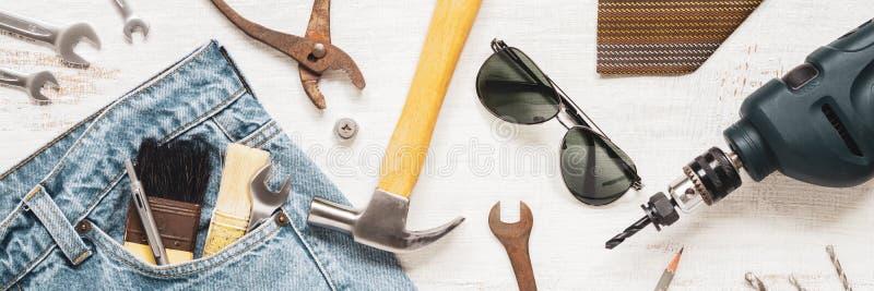 Plana lekmanna- tillbehörhjälpmedel och kläder för arbetare på rostig vit som är trä för rengöringsdukbaner Bästa sikt för den ar royaltyfri foto