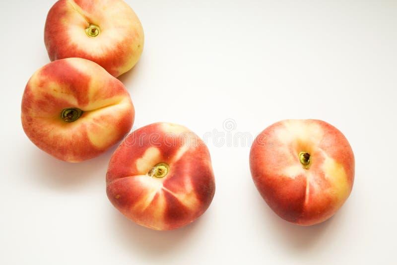 plana persikor på bakgrunden royaltyfri fotografi