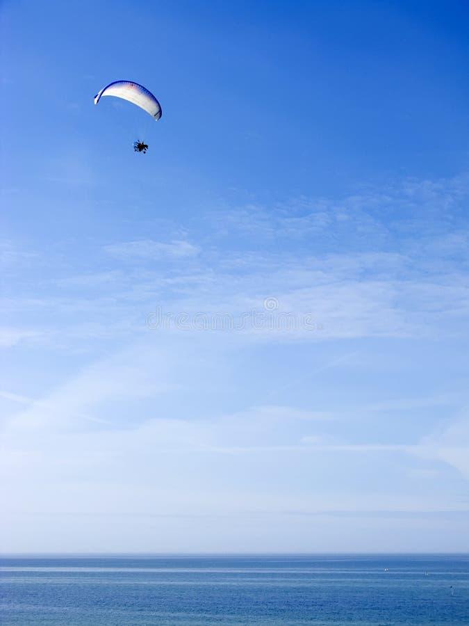 Planador de Paramotor sobre o oceano imagens de stock