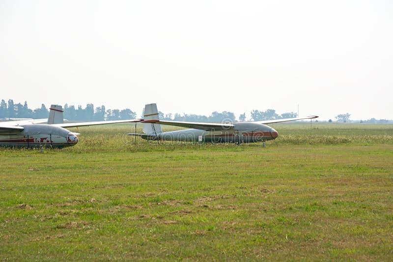Planadores velhos no aeródromo imagens de stock royalty free