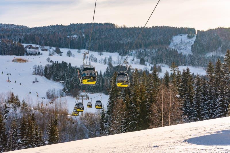 Planai西部的电车、长平底船在Planai & Hochwurzen -施拉德明Dachstein,奥地利的滑雪的心脏 图库摄影
