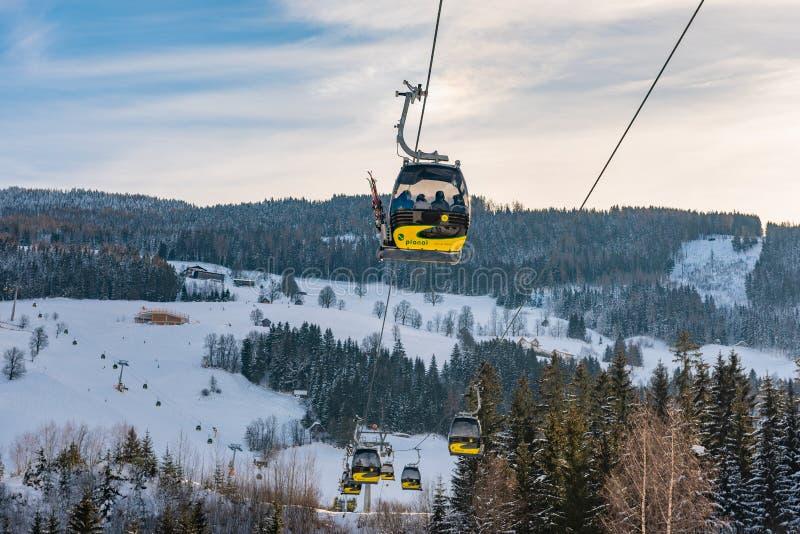 Planai西部的电车、长平底船在Planai & Hochwurzen -施拉德明Dachstein地区的滑雪的心脏,施蒂里亚,奥地利, 图库摄影