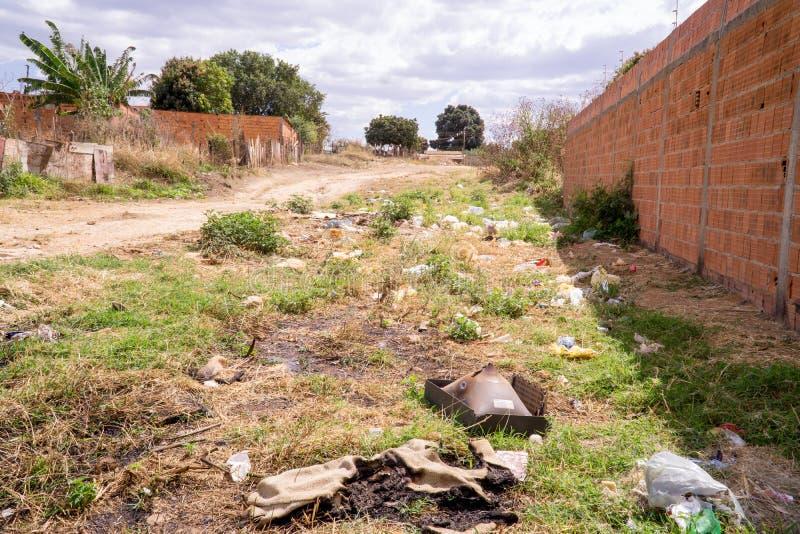Planaltina,戈亚斯,巴西8月3日2019年:在巴西的街道的中垃圾 库存照片