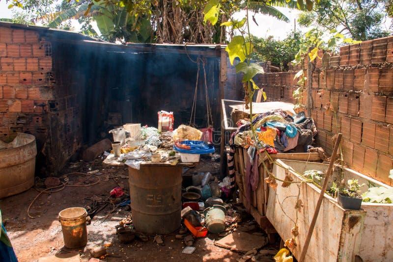 Planaltina, Goias, Brasil 28 de abril de 2018: Condições de abrigo pobre extremas que são encontradas geralmente durante todo Bra imagem de stock royalty free