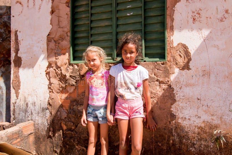 Planaltina, Goias, Brasile 13 luglio 2018: Due sorelle che stanno davanti alla loro casa fotografia stock
