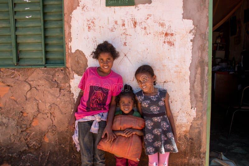 Planaltina, Goias, Brasilien 6. Juli 2019: Drei Schwestern, die außerhalb ihres Großmutterhauses stehen lizenzfreie stockbilder