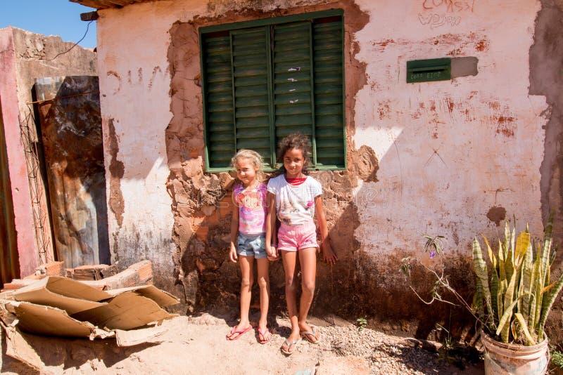 Planaltina, Goias, Brasilien 13. Juli 2018: Zwei Schwestern, die vor ihrem Haus stehen stockbilder