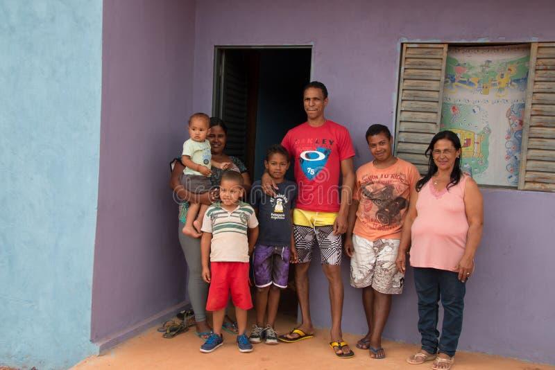 Planaltina, Goias, 23 Brazilië-Augustus, 2018: Een familie van zeven die zich voor hun nieuw huis bevinden stock afbeeldingen