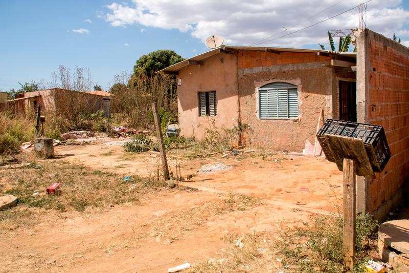 Planaltina, Goias, el Brasil 3 de agosto de 2019: Basura por todo el jardín de una casa fotos de archivo libres de regalías