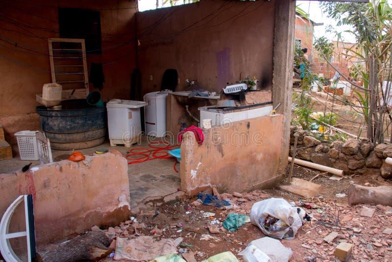 Planaltina, Goias, el Brasil 3 de agosto de 2019: Basura por todo el patio trasero fotos de archivo