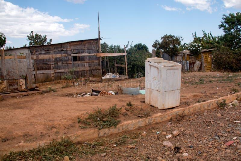 Planaltina, Goias, el Brasil 3 de agosto de 2019: La basura llenó para arriba en una vecindad foto de archivo libre de regalías