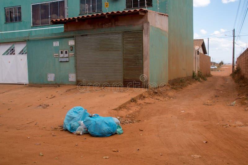 Planaltina, Goias, el Brasil 3 de agosto de 2019: La basura llenó para arriba en una vecindad foto de archivo
