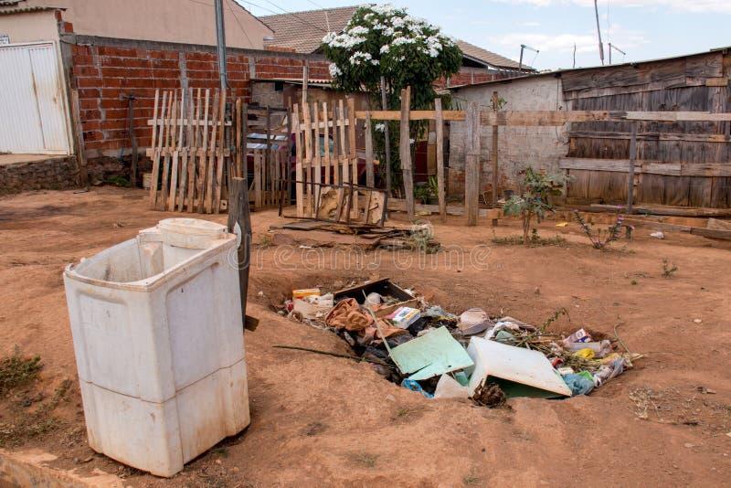 Planaltina, Goias, el Brasil 3 de agosto de 2019: La basura llenó para arriba en una vecindad imagen de archivo libre de regalías