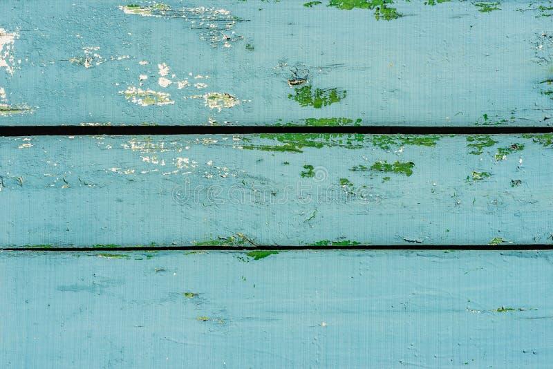 Plance di legno blu-chiaro d'annata, con le macchie verdi e bianche fotografia stock libera da diritti