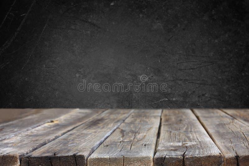 Plance di legno e fondo nero del bordo fotografie stock libere da diritti