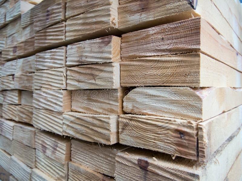 Plance di legno impilate insieme in una pila fotografia stock