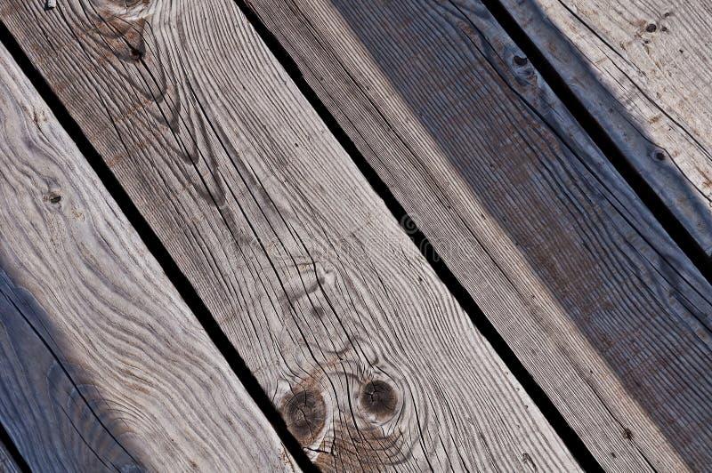 plance di legno stagionate grige di un sentiero costiero nella vista diagonale fotografia stock libera da diritti