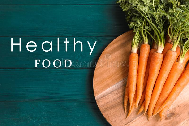 Planche à découper avec les carottes mûres photos libres de droits