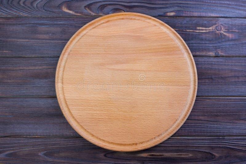 planche à découper de pizza au fond de table, panneau rond photographie stock