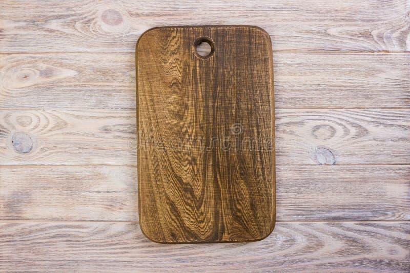 Planche à découper de viande de cuisine sur le fond en bois blanc de texture images libres de droits