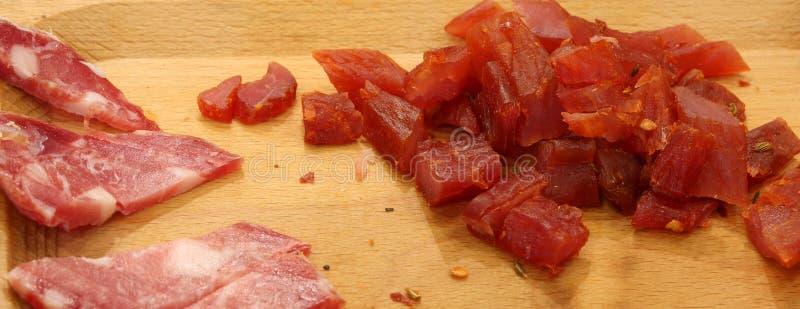 planche à découper en bois avec de la viande italienne typique photographie stock