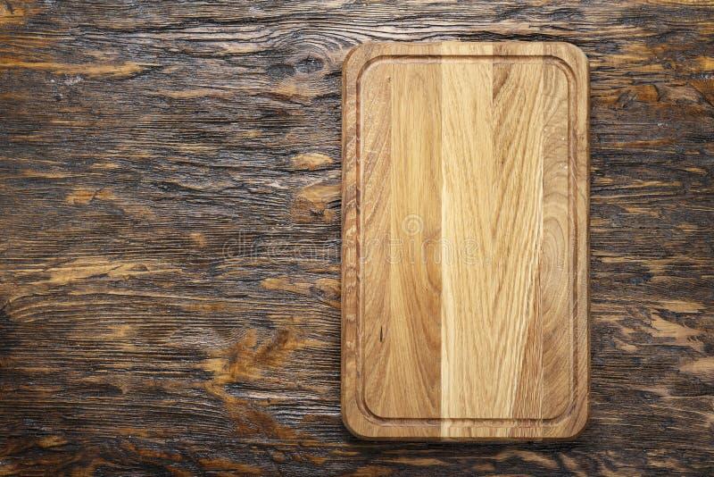 Planche à découper en bois rectangulaire faite de bois léger comme fond - l'espace pour le texte photographie stock libre de droits