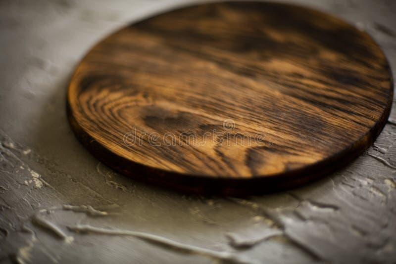 Planche à découper en bois sur un fond concret photos stock