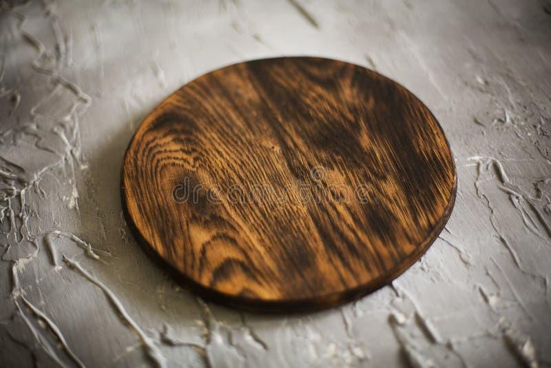 Planche à découper en bois sur un fond concret photographie stock libre de droits