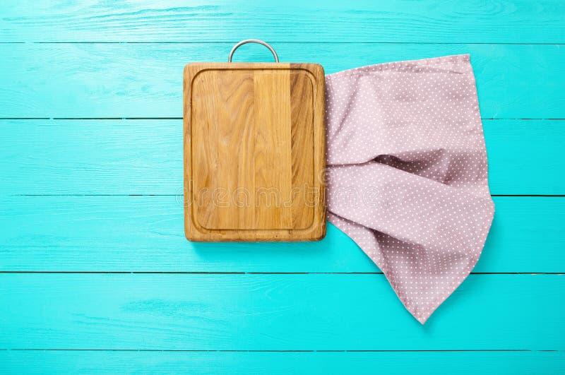 Planche à découper et nappe rectangulaires dans des points de polka sur le fond en bois bleu L'espace de vue supérieure et de cop photographie stock libre de droits