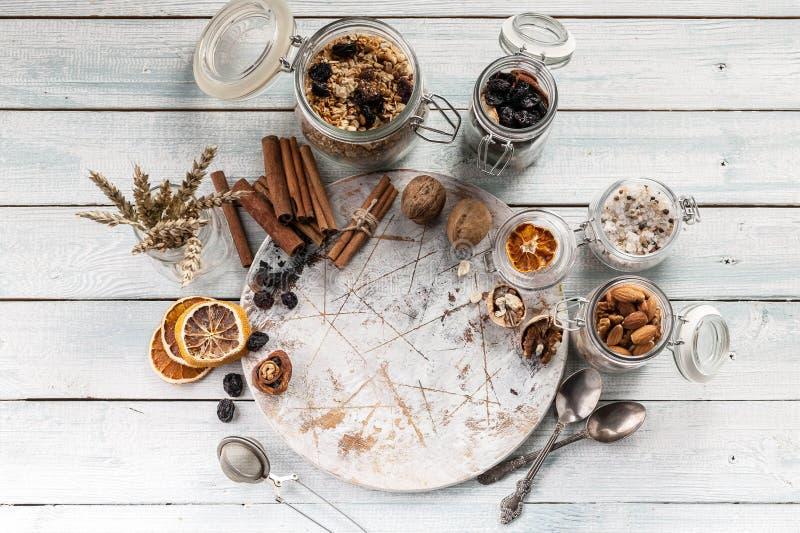 Planche à découper ronde, écrous, épices sur une table en bois Modèle de Kitshenware Vue supérieure photo stock