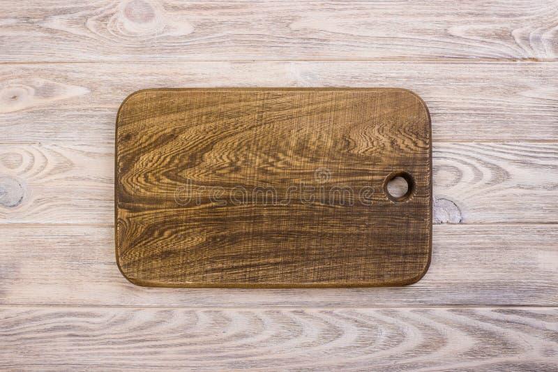 Planche à découper sur le fond en bois Photo modifiée la tonalité photo stock