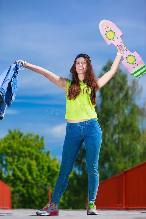 Planche à roulettes d'équitation de patineuse d'adolescente sur la rue photos stock