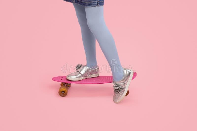 Planche à roulettes d'équitation d'enfant de culture photographie stock libre de droits