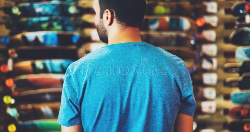 Planche à roulettes d'assortiment d'isolement dans le magasin de magasin, personne choisissant et acheter des patins de couleur s photographie stock