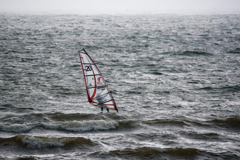 Planche à voile dans l'action sur la mer photo stock
