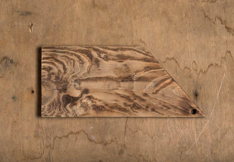 Planche ? d?couper br?l?e faite main sur une texture rustique en bois pour le fond Conseil en bois superficiel par les agents app photos stock