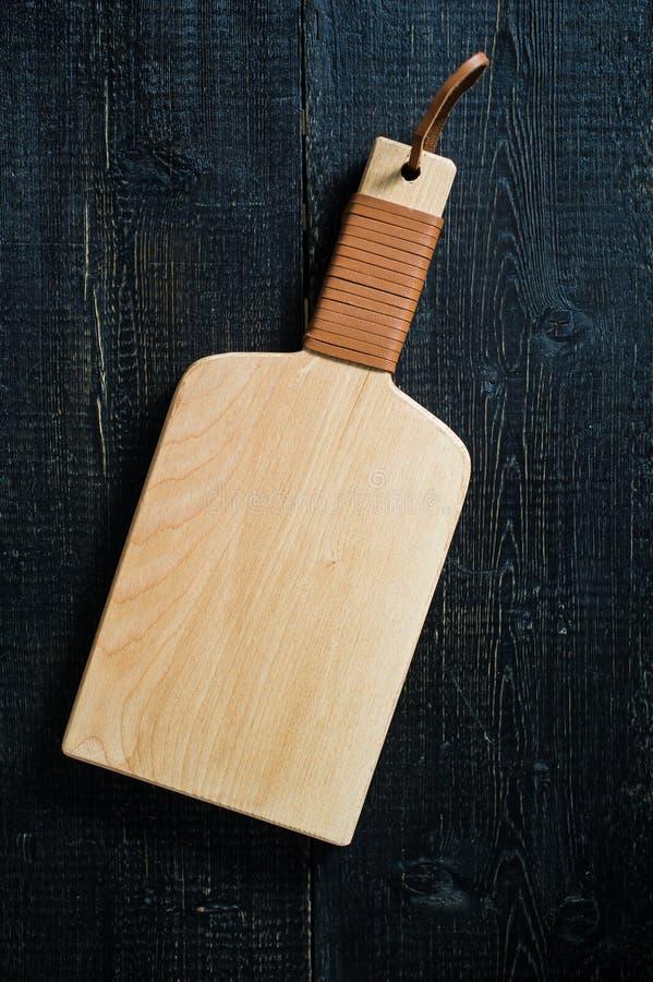 Planche ? d?couper en bois sur le fond noir images stock
