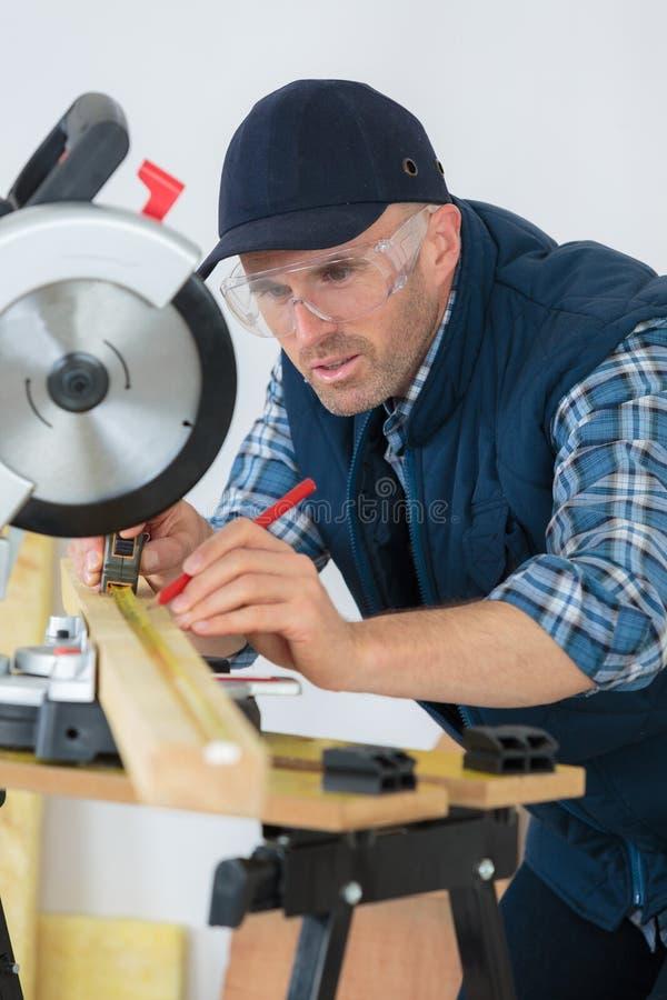 Planche de mesure de charpentier dans l'atelier photos libres de droits