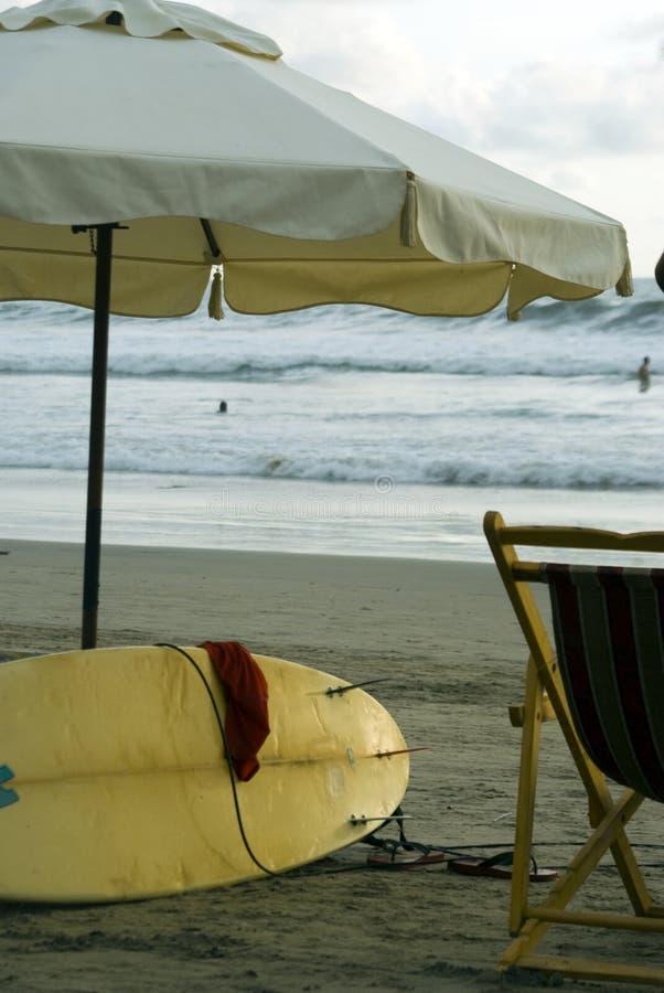 Planche de surfing sur la plage Equateur image stock