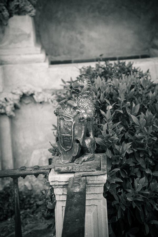 Planche el oso que sostiene un escudo en Sevilla, España, Europa fotografía de archivo libre de regalías