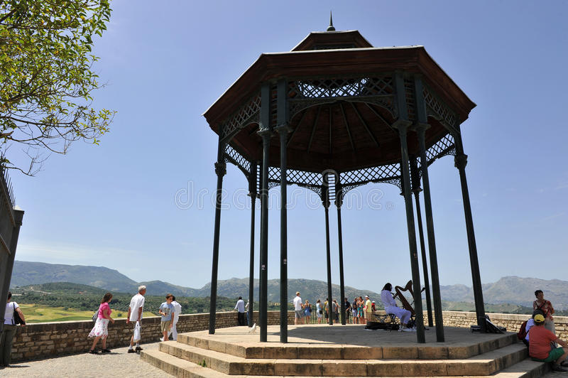 Planche el pabellón en el puesto de observación sobre el Serrania de Ronda, ciudad de Ronda en la provincia de Málaga, España imágenes de archivo libres de regalías