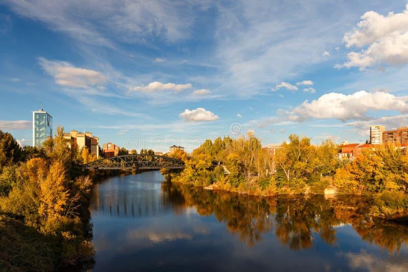 Planche el puente sobre el río de Pisuerga en Valladolid, España imagenes de archivo