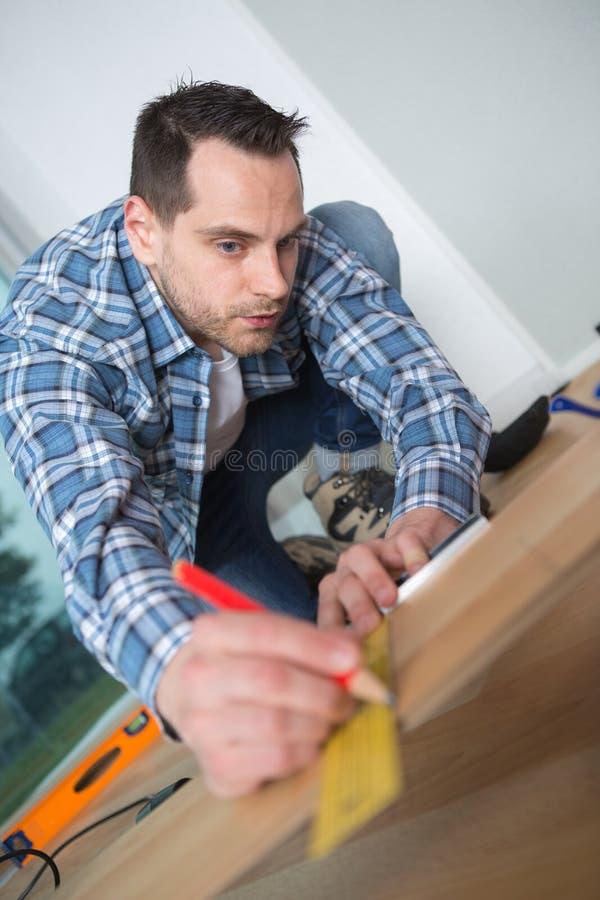 Planche en bois de mesure de charpentier photo stock