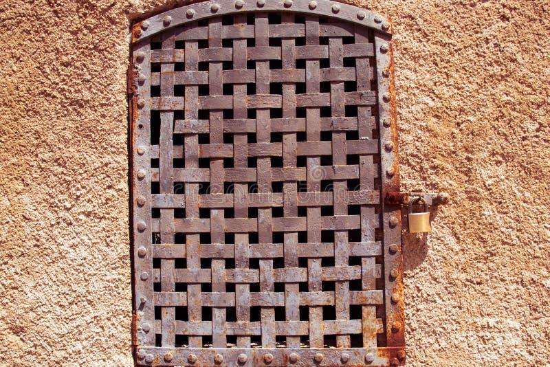 Planche la ventana oxidada del enrejado de un edificio viejo fotos de archivo